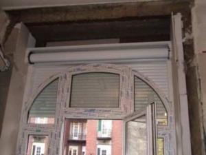 Műanyag íves ablak felépített redőnnyel. Kétoldalt látható a gipszkarton és a hőszigetelő anyag.